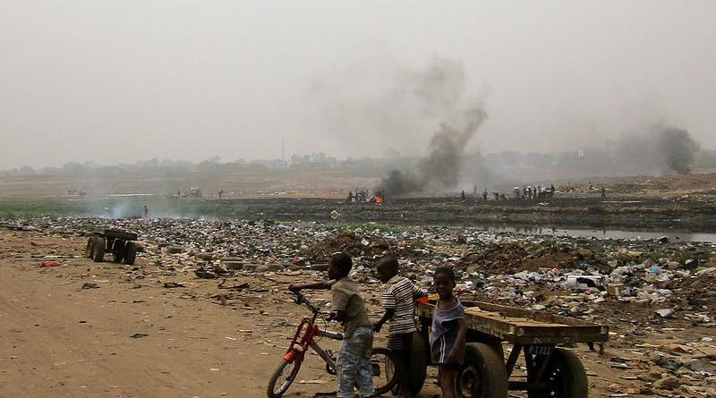 Kinder vor einer Halde von Elektromüll in Ghana